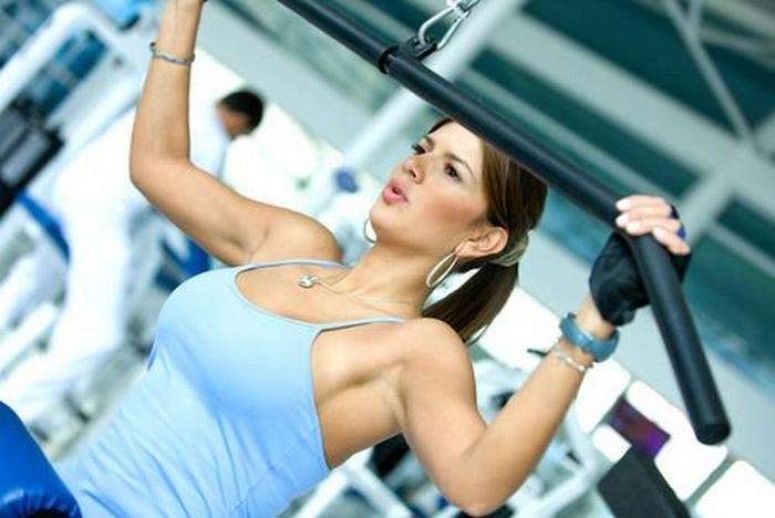 девушка и фитнесс