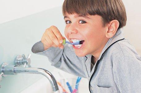 ребёнок чистит зубы