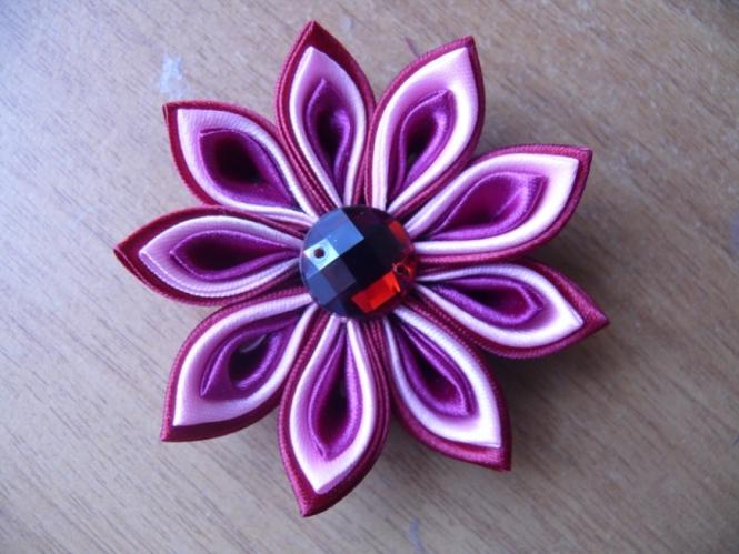 cvety-iz-lent-svoimi-rukami-kanzashi